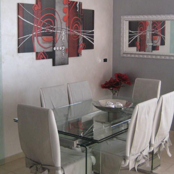 Progetto di interni per una residenza privata. Vista del tavolo in vetro della zona pranzo