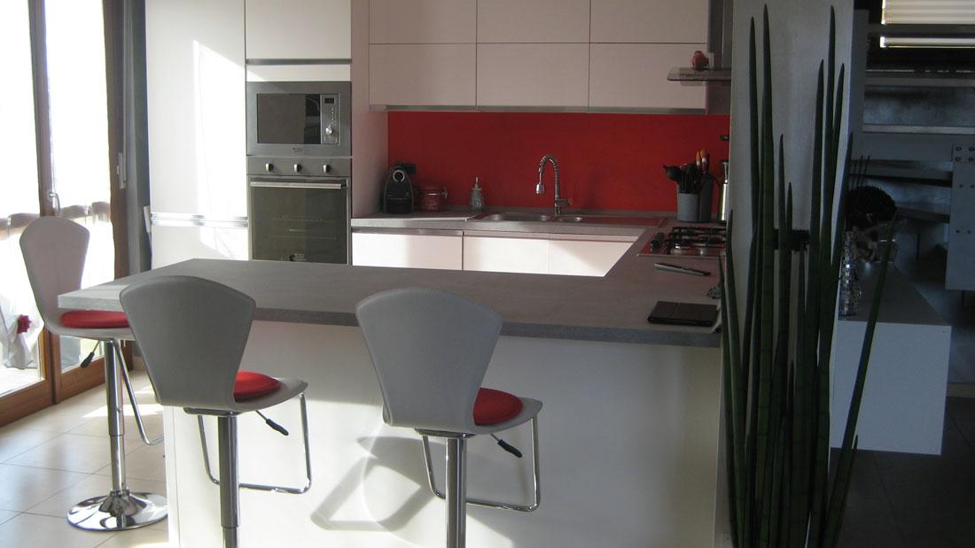 Progetto di interni per una residenza privata. Vista della cucina. Dettaglio angolo bar.