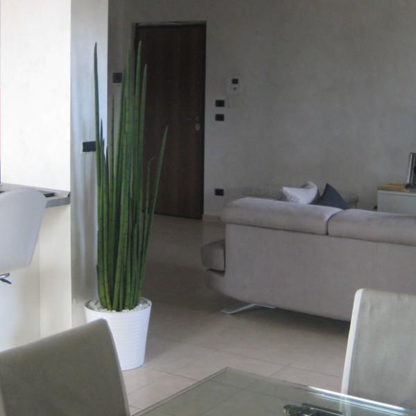 Progetto di interni per una residenza privata. Vista del salotto e dell'ingresso