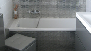 Progetto di interni per una residenza privata. Vista del bagno. Dettaglio del rivestimento in mosaico argento
