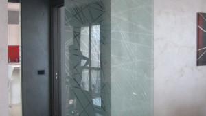 Progetto di interni per una residenza privata. Vista di dettaglio della porta in vetro scorrevole tra la zona pranzo e l'antibagno