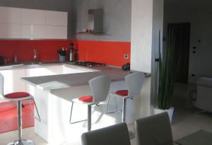 Studio di interni. vista della cucina, zona pranzo e ingresso, open space