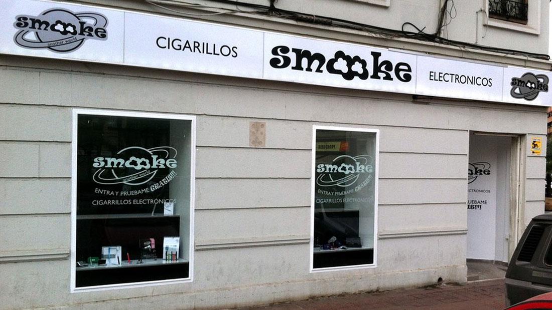 vista esterna con l'insegna e le vetrofanie del brand smooke