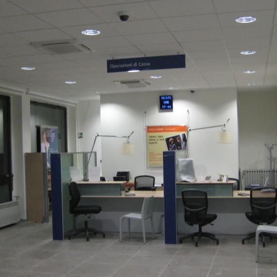 Intesa Sanpaolo Forno Canavese immagine della zona casse della filiale Intesa Sanpaolo di Forno Canavese.