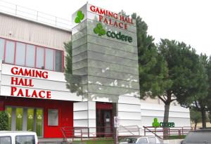 Rivoli. simulazione fotografica dell'intervento sulla facciata del bingo di Rivoli, Rivestimento esterno bianco e insegne con immagine Codere